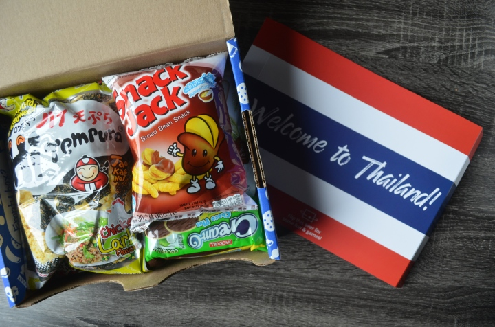 UNIVERSAL YUMS | TRYING SNACKS FROM THAILAND